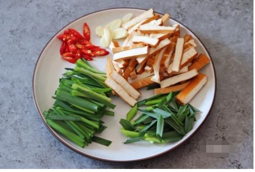 倒入|炒豆腐干时,直接下锅炒是不对的,多做这一步,炒出来柔嫩又入味