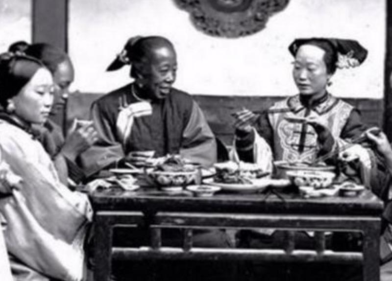一组老照片:清朝生活模样写真旧照,清朝的公子哥,翘起二郎腿