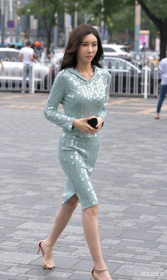 街拍美女:亮片連衣裙搭配高跟涼鞋,讓美女成為街頭最耀眼的明星