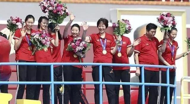 香港這兩位富豪,一位出錢解救瞭郎平,一位贈予女排千萬獎勵!