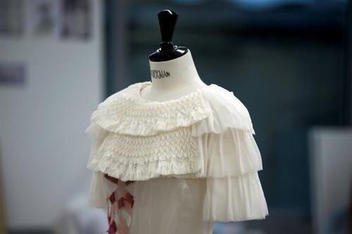 """有一种""""娇贵""""叫香奈儿的衣服,一沾水就报废,图案竟是现场画上去的"""