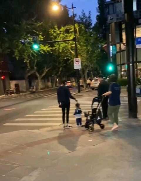 奚夢瑤帶兒子散步,1歲何廣燊學走路呆萌可愛,母子倆身高差搶鏡