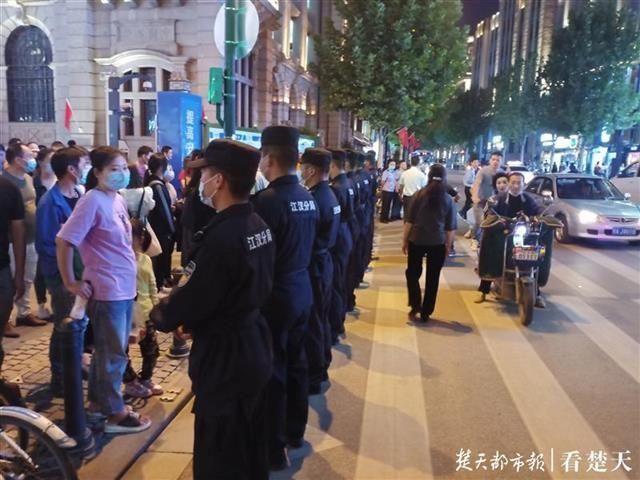 """我守护,你畅游!江汉警方出动千余名警力保""""双节""""平安"""