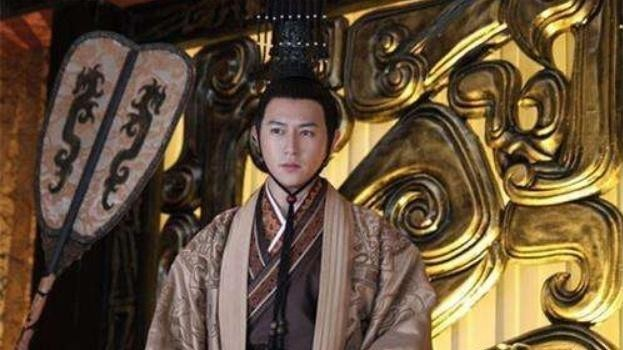 此人是傀儡皇帝,三十岁与五名宦官结拜,这才最终夺回原有的皇权