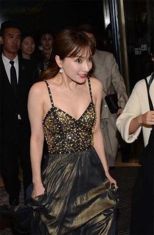 美眉 吴昕的锁骨好美!穿吊带连衣裙惊艳亮相,意外美出了新高度