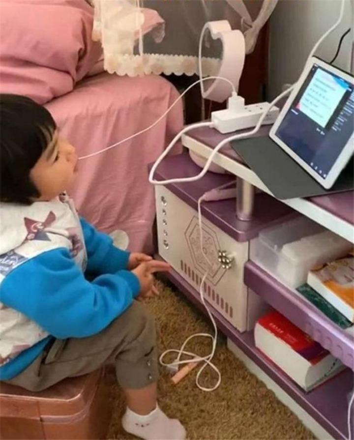 一個大膽寫,一個大膽交,哥哥睡覺,2歲妹妹站凳子替哥哥寫作業