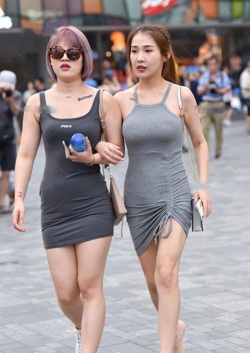 黑色吊帶短連體裙搭灰色短連體裙,幹凈利落,低調時尚