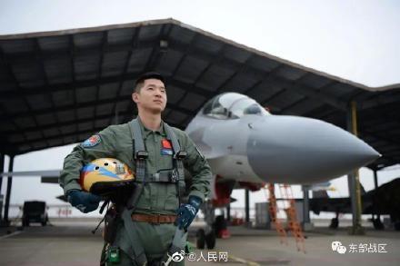 神仙愛情!飛行員開女友參與改裝戰機奪金頭盔