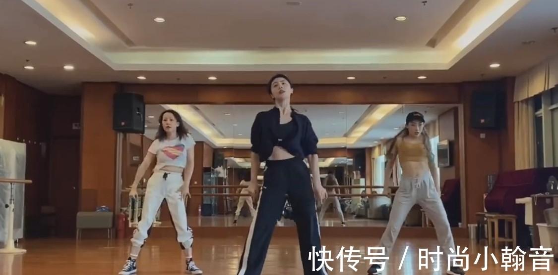 自信站 黄磊妻子孙莉跳舞,穿露腰装自信站C位,身段不输乘风破浪姐们儿