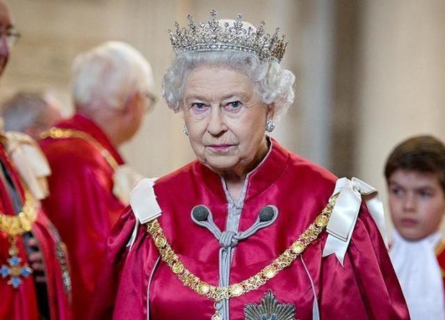 丈夫去世后,英女王首次履行公务