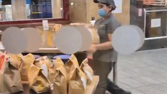 忙到快哭瞭!網友拍到麥當勞女服務員獨自處理幾十個外賣訂單