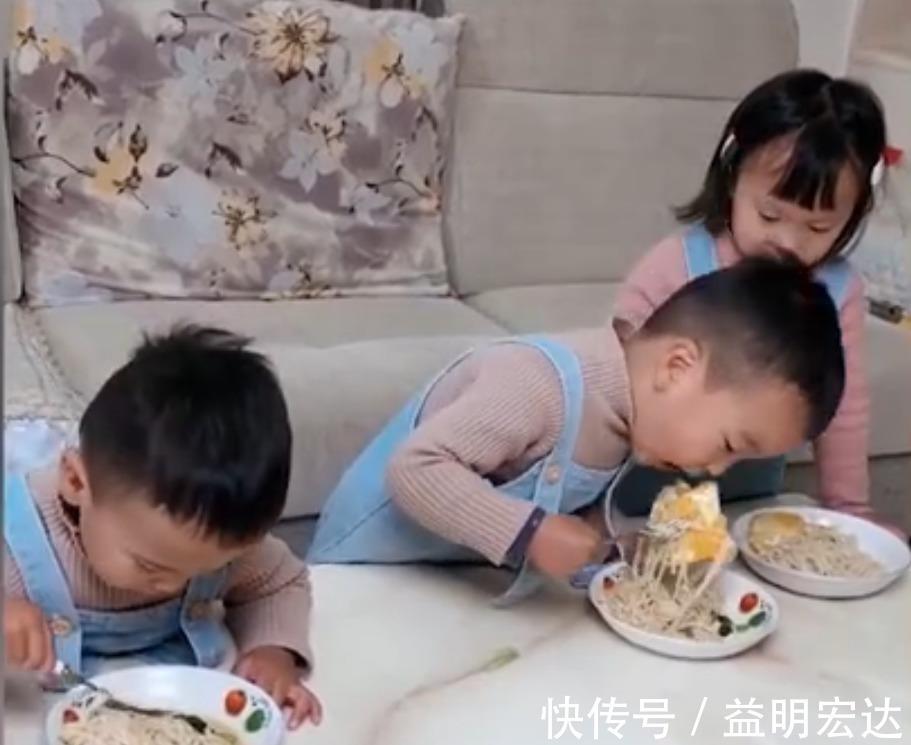 哥哥 三胞胎开饭时发现只有一个煎蛋,接下来哥哥下意识的反应令人感慨