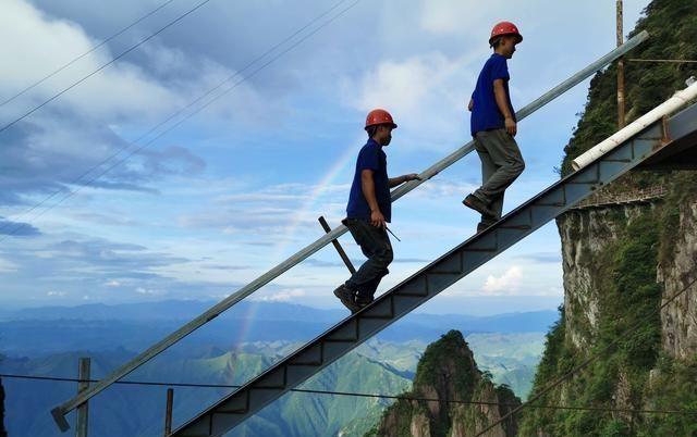 """探访世界最危险的工种——悬崖电梯工,用生命筑牢""""天梯"""""""