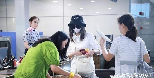 郑爽和妈妈走机场,妈妈一身牛油果绿的连衣裙抢镜。