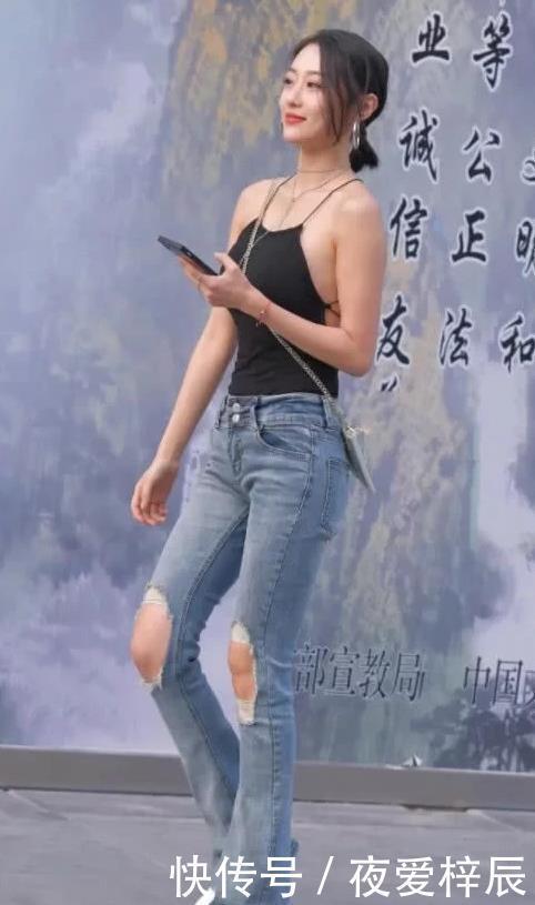 街拍美女:深色上衣和淺色牛仔褲搭配,十分減齡