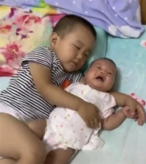 哥哥帮妈妈哄妹妹午休,结果自己先睡着了,妈妈看后又暖心又好笑