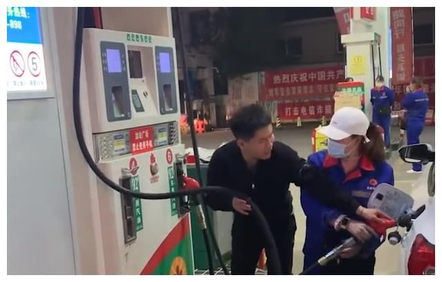 江蘇:男子到加油站加油,結束後將油槍插回油箱舉著管子再抖一抖