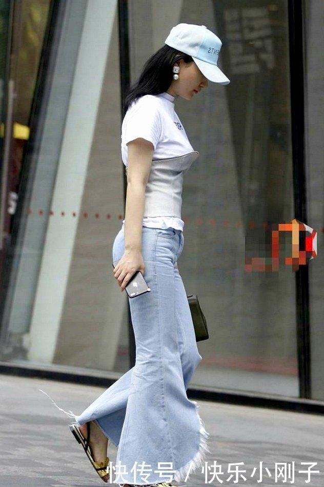瀟灑的寬腿緊身牛仔褲束腰,很有特點