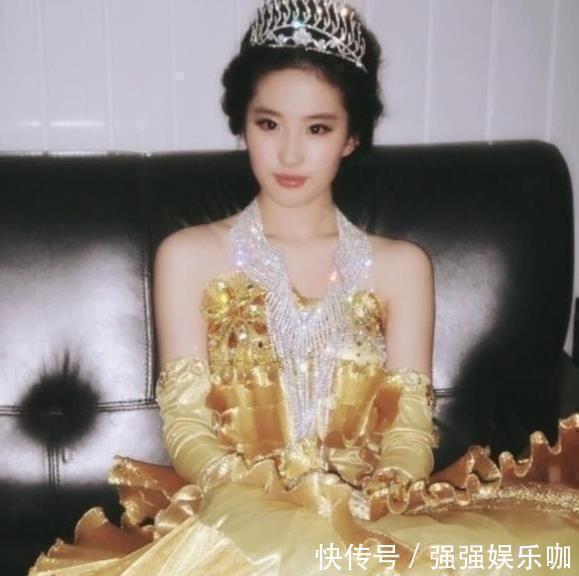劉亦菲06年舊照被扒出,金衣加身,美如畫,不過有一點讓網友懵瞭