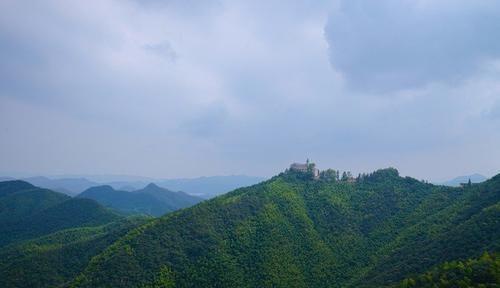 """""""江南第一山""""脚下的小镇,因山得名,却有着毫不逊色的风景"""