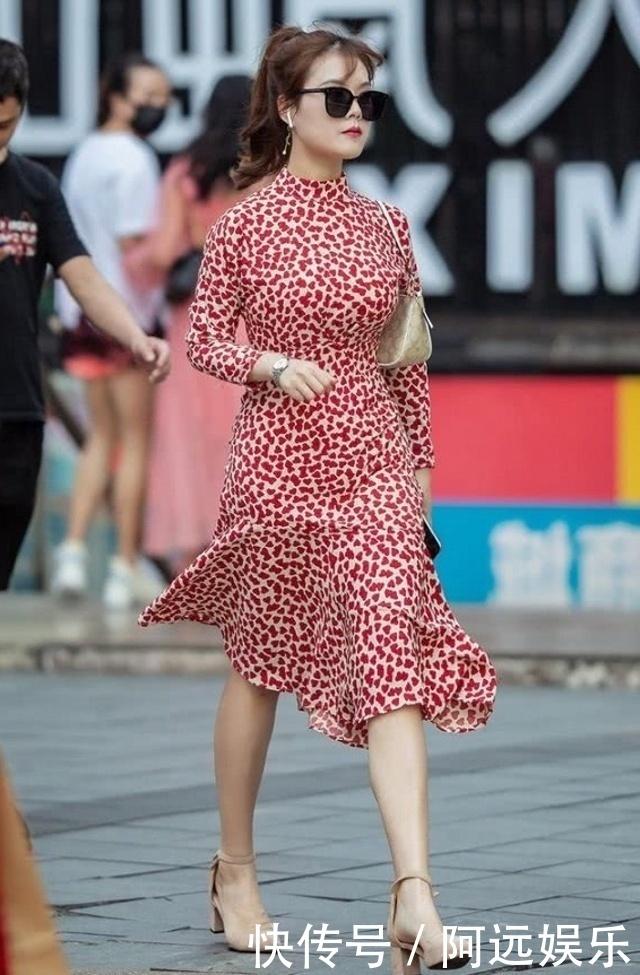 路人街拍,小姐姐穿一條紅色印花連衣裙,特別優雅