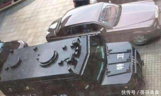 中國很有名的一塊車牌,出行都是奔馳開道,隻因車身多瞭兩個字