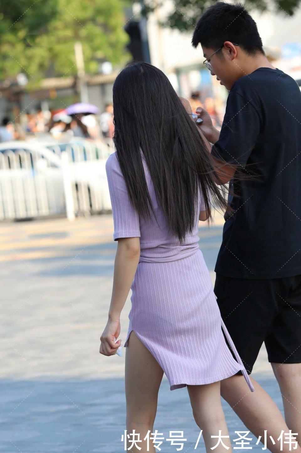 美女街拍:一看就知道是大傢閨秀!渾身充滿瞭奢華,高開叉大秀長美腿
