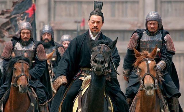 对付吕布马超,曹操让手下围攻,面对颜良他又为啥不敢用这一招?