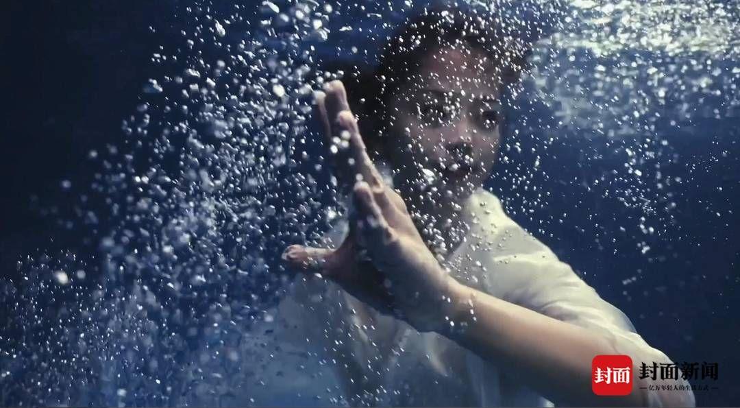 腰掛10斤鐵塊拍攝4小時,四川女孩水下打太極拳美出圈!
