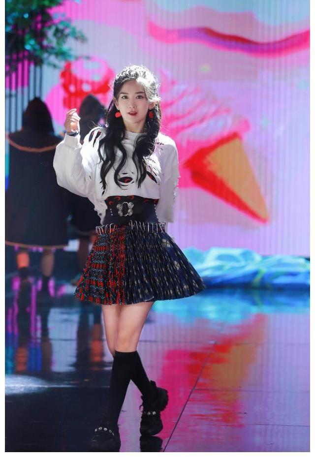 时尚范|谢娜回归首秀阵仗大!赵丽颖竟甘当配角来助阵,她穿短裙热舞太辣