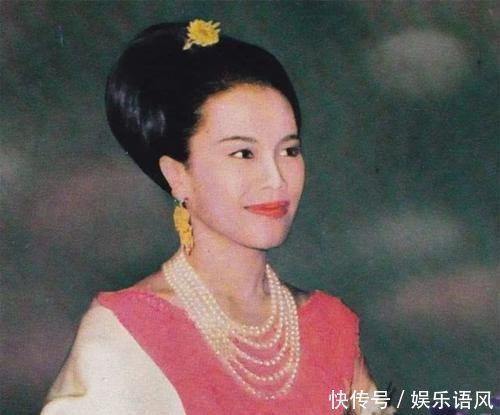 42歲西拉米終於不裝嫩燙波浪劉海配盤發,高貴成第二個詩麗吉