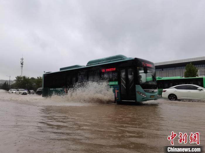 """持續強降雨 鄭州城區變""""水城"""""""