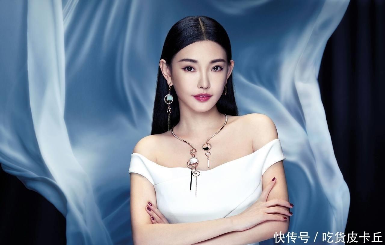 """她被王晶发掘时读大二,拍3部电影捞金26亿,现成""""最美晶女郎"""""""