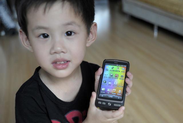 孩子质问为什么不能给他买手机家长只需回答这3点