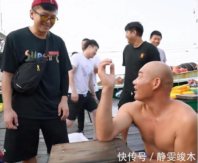 跑男 邓超与农民工扳手腕,比赛结束一个动作惹怒网友:嫌弃就别玩