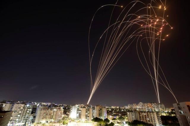 大戰一觸即發!以色列火速出動450枚炮彈,反遭2000枚火箭彈反擊