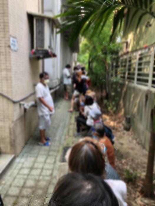 臺灣疫苗接種亂象頻出:百名老人擠小巷 高溫下挨蚊蟲叮咬