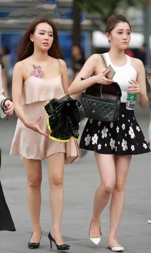街拍夏日穿搭,圖二牛仔短裙俏皮可愛,圖五百褶裙超顯身材