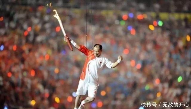 57歲體操王子李寧滿頭白發,妻子卻風韻猶存,兒子比他還高!