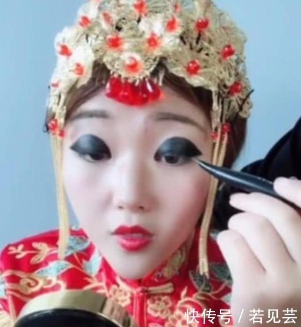奇聞:新娘嫌棄化妝師畫的妝,竟自己動手畫成瞭熊貓眼,結果