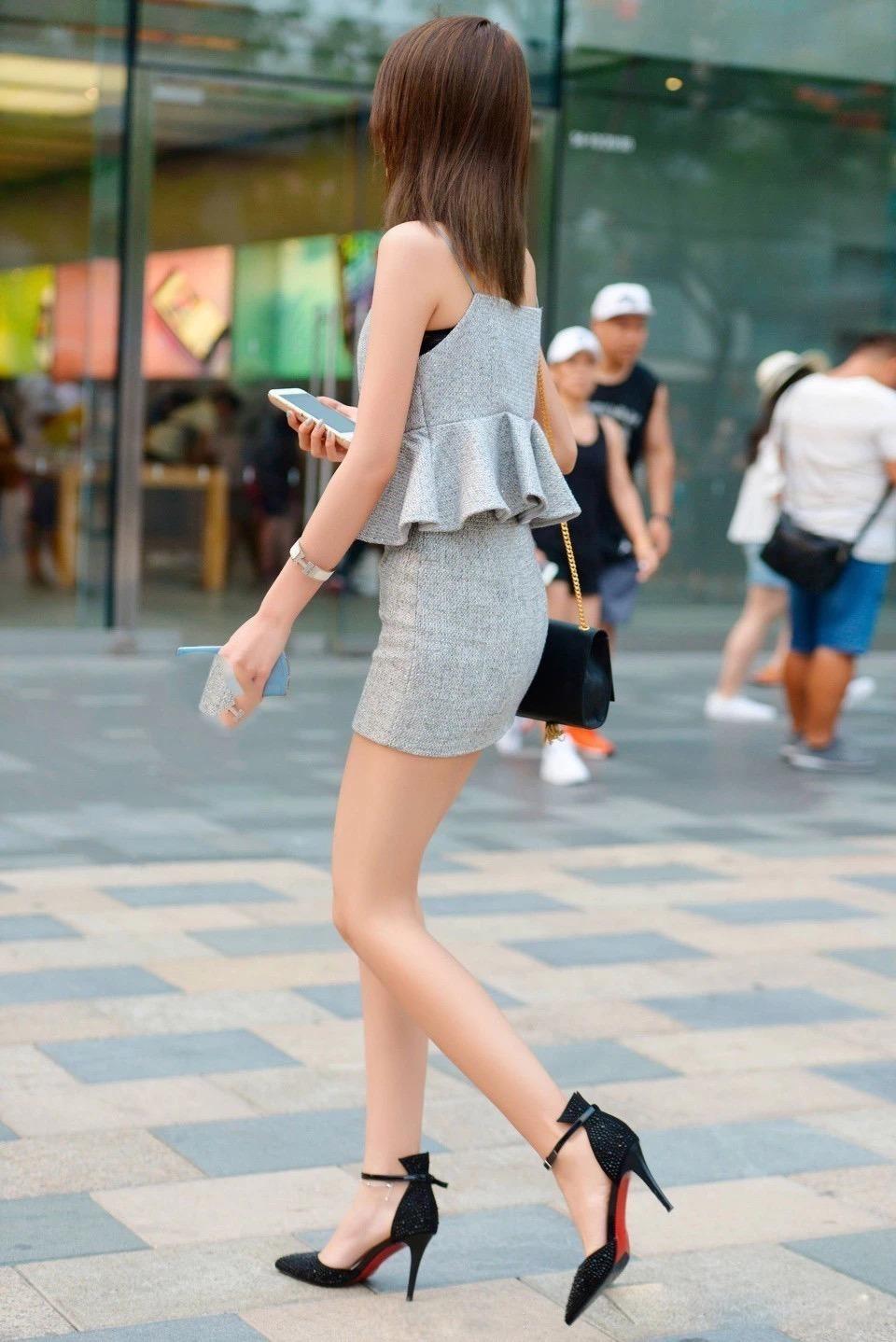 時尚街拍穿兩個裙子出門的美女,看起來也挺時尚