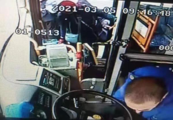 """女乘客自稱包裡""""有炸彈""""…公交司機的做法太機智瞭!"""