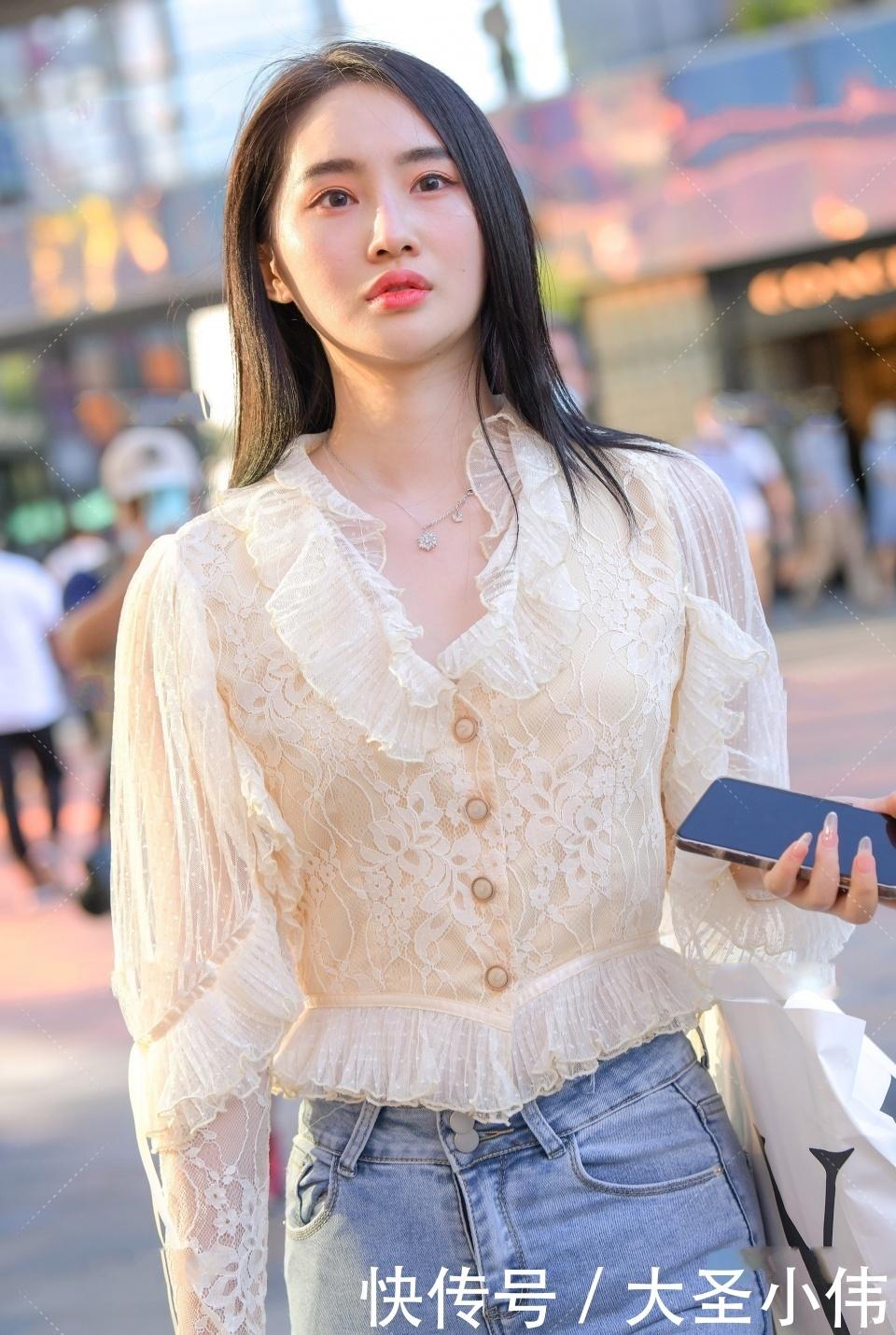 美女街拍:非常迷人的氣質美女,身材很不錯,穿著漂亮的衣服去逛街很有自信
