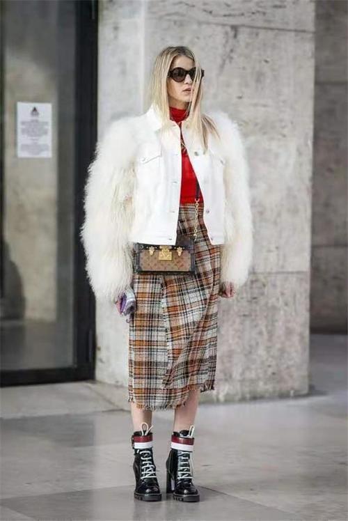 """今春流行一种穿法叫""""直筒裙+马丁靴"""",显瘦又显高,还优雅时髦"""