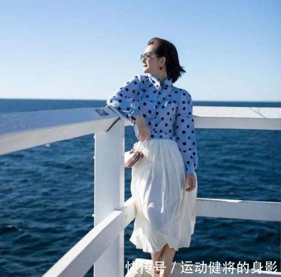 下半身 谢娜越来越少女,波点衬衣搭白裙甜美又俏皮,美的像初恋!