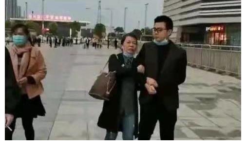 发声|淮河医院91年产妇发声,情况跟杜新枝相似,但遭遇截然不同