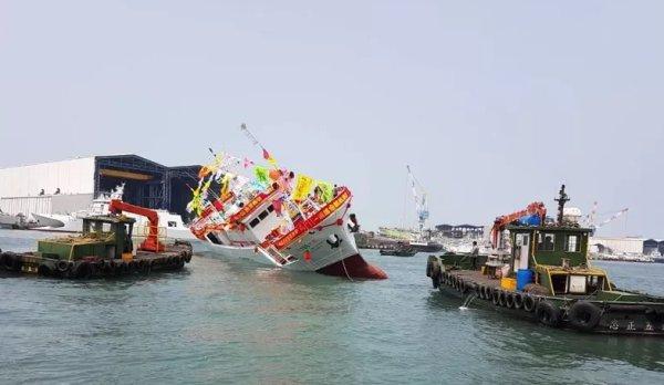 臺灣700噸新船下水後嚴重傾斜!船身貼近水面,嚇壞現場民眾