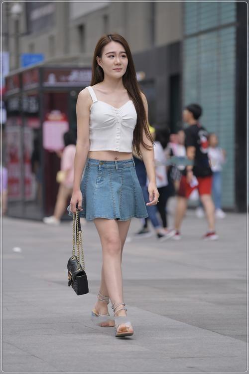 街拍美女:針織吊帶搭配牛仔短裙,甜美可愛,淑女范十足