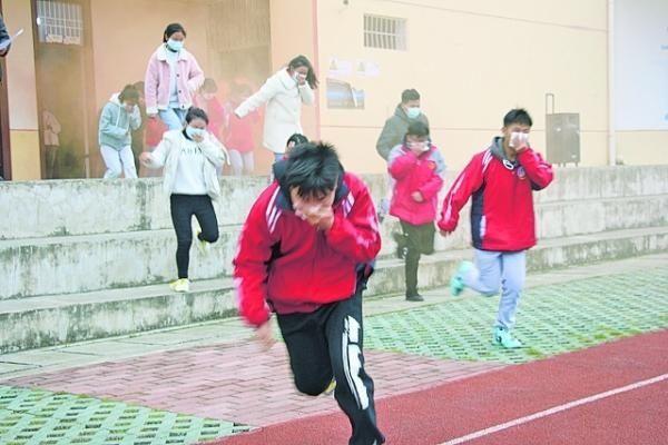 学生 贵安新艺学校举行校园消防安全演练