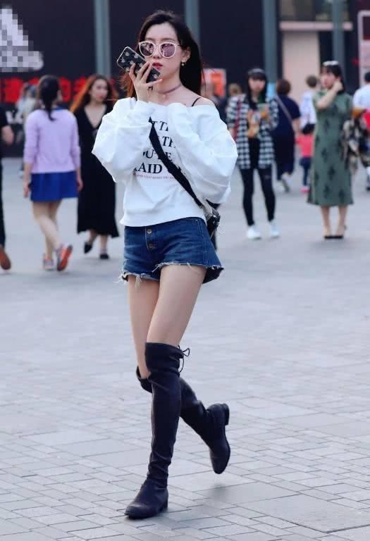 街拍:美女白色的連衣裙簡潔高雅,特別美觀又簡練大氣